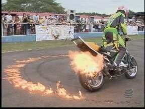 Motociclismo reúne apaixonados pelo esporte em Presidente Prudente - Evento ocorreu neste domingo (8) e contou com manobras radicais.