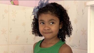 Menina de 5 anos faz sucesso na web ao cantar hino nacional, no ES - Marina Borges cantou o hino usando a criatividade e inventando orações.