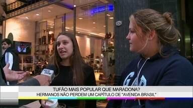 Argentinos assistem vidrados na TV cenas de Avenida Brasil - Zeca Camargo visita família em Buenos Aires e mostra capítulo inédito da novela
