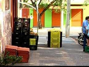 Emenda nas regras de utilização das calçadas é aprovada em Uberaba - Supermercadistas poderão utilizar parte do passeio com carrinhos. Faixa, não inferior a 1,20m, precisa ser deixada para os pedestres.
