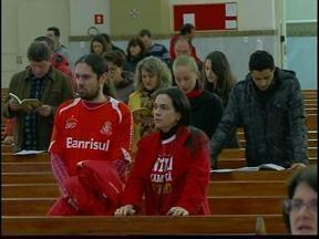 Torcedores prestam homenagem a Fernandão, em Passo Fundo, RS - Vestidos com as cores do clube, centenas de torcedores se reuniram em uma celebração na Catedral Nossa Senhora Aparecida.