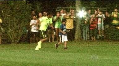 Menino de 8 anos dribla seguranças e brinca com Neymar - A imagem mais divertida do dia foi a do menino Bernardo, de 8 anos, que driblou os seguranças e brincou com Neymar.