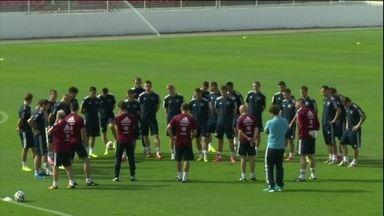 Onze das 15 seleções que vão treinar em São Paulo já estão na cidade - A equipe dos Estados Unidos desembarcou em Cumbica nesta segunda-feira (9) e onde tem seleção, tem torcedor.