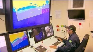 Navio da Marinha vai usar tecnologia de ponta para patrulhar costa do Rio durante Copa - Com a chegada da seleção da Inglaterra, no fim de semana, a Marinha reforçou a segurança na região de São Conrado. Um navio especial vigia o local, onde estão os jogadores.