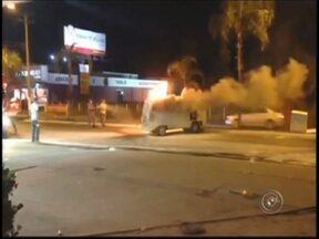 Kombi pega fogo em posto de combustíveis de Birigui, SP - Um veículo Kombi pegou fogo no início da noite desta segunda-feira (9), em Birigui (SP). Segundo informações da polícia, a Kombi estava parada em um posto de combustíveis quando o proprietário ouviu uma explosão.