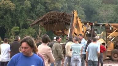 Começa o trabalho de limpeza na ponte da PR 323 em Doutor Camargo - Mas a ponte só deve ser liberada nessa terça-feira