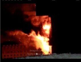Corpo de Bombeiros continua monitorando depósito destruído por incêndio em Ipatinga - Depósito pertence a um supermercado, que informou não ter contabilizados os prejuízos.