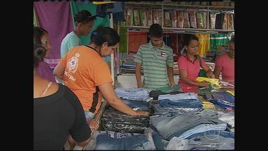 Trânsito tem ficado complicado na área da feira da Sulanca, em Caruaru - Movimento aumentou bastante por causa da procura por produtos ligados à Copa do Mundo e às festas de São João.