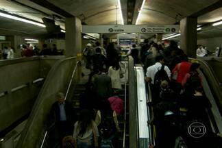 Metrô funciona normalmente após suspensão de greve na capital - Os metroviários de São Paulo decidiram na segunda-feira (9) suspender até quarta-feira (11) a greve no Metrô. Justiça julgou greve abusiva e determinou multa de R$ 500 mil por dia.