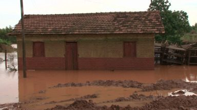 Bombeiros recolhem doações para quem sofreu com as cheias do Ivaí no Noroeste - Em Cianorte, além da enchente, várias casas ficaram destelhadas com o temporal. Doações são bem-vindas.