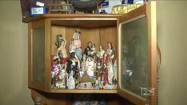 Muitas famílias cultivam a tradição católica de ter oratório em casa - Em Balsas, no sul do estado, muitos fiéis conservam os locais destinados a orações que foram sendo deixados de pai para filho.