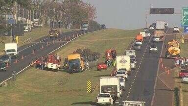 Motorista de caminhão morre após capotar em rodovia em Sertãozinho, SP - Segundo bombeiros, condutor perdeu o controle do veículo e bateu no canteiro central da pista. Local ficou interditado por cerca de uma hora.
