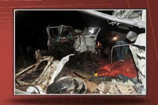 Três pessoas morrem e mais de 20 ficam feridas em acidente na BA-052 - Um caminhão e um micro-ônibus bateram de frente no local conhecido como Estrada do Feijão.