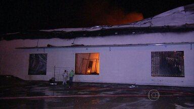 Incêndio destrói parte de fábrica de colhões na Rodovia Fernão Dias, em Betim - Fogo começou durante a madrugada desta terça-feira (10). De acordo com o Corpo dos Bombeiros, incêndio já foi controlado.