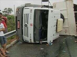 Cinco pessoas ficam feridas após caminhão tombar em Caruaru, PE - Veículo carregava uma retroescavadeira; motorista perdeu controle, diz PRF.Vítimas estavam nos veículos, foram socorridas pelo Samu e passam bem.