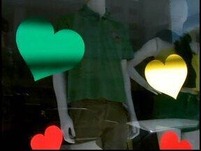 Dia dos namorados em Divinópolis é celebrado com presentes nas cores da Seleção Brasileira - Comerciantes realizam promoções para atrair os apaixonados. Algumas vitrines usam estratégias para conquistar solteiros no clima da Copa.