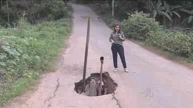 Moradores da Zona Norte sofrem com ruas tomadas por buracos - A situação faz com que alguns ônibus não passem pela rua.