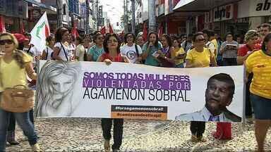 Mulheres realizam protesto e pedem punição contra vereador Agamenon Sobral - Manifestação começou com uma caminhada e foi até a sede da Câmara de Vereadores de Aracaju