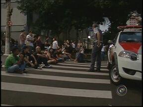 Manifestação contra aumento de cadeiras na Câmara bloqueia avenida - Manifestantes contrários ao aumento no número de cadeiras na Câmara de São José do Rio Pretox (SP) fazem um protesto na noite desta terça-feira (10), em frente ao legislativo e na avenida Alberto Andaló, a principal da cidade.