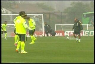 Seleção faz último treino antes da estrea na Copa do Mundo - Jogadores treinaram sobre forte chuva em Teresópolis, RJ