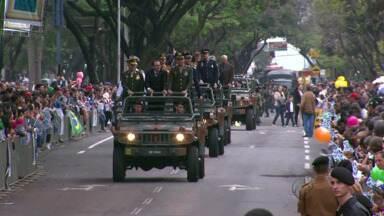 Aniversário de Foz é comemorado com desfile e bolo de cem metros - Estudantes, militares, representantes de entidades, clubes e associações homenagearam a cidade desfilando na avenida Paraná. A festa teve até um bolo de cem metros.