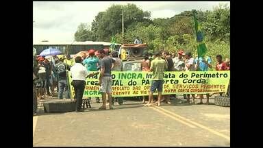 Assentados mantêm interdição de rodovia estadual em Santarém - Os manifestantes fecharam na segunda-feira (9) a pista no Km 65 da estrada que liga a cidade à hidrelétrica de Curuá-Una, reivindicando a regularização dos lotes e a estrutura do assentamento Corta Corda.