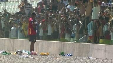 Eto'o conquista o público durante treino da seleção de Camarões - O artilheiro distribuiu autógrafos para dezenas de torcedores, no estádio Kleber Andrade, em Cariacica (ES).