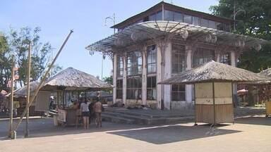 Prédio está abandonado em praça que abriga feira de artesanato indígena, em Manaus - Comerciantes reclamam da segurança no local.