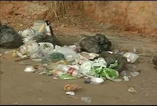 Blitz do MG: Desmoronamento causa transtornos em bairro de Ipatinga - Além do desmoronamento, lixo tem incomodado moradores do bairro Veneza I.