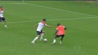 Holanda reforça a defesa para a estreia contra a Espanha na sexta-feira (13) - O técnico da Holanda treinou a defesa durante toda a semana para enfrentar a campeã mundial Espanha. A retranca holandesa tem o goleiro e mais sete jogadores para defender o time. Para Van Persie, a seleção se preparou do melhor jeito possível.