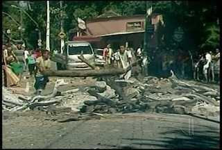 Protesto contra violência fecha rodovia em Macaé, RJ - Acesso a Córrego do Ouro ficou fechado durante toda a manhã.Morte de comerciante no último domingo (8) gerou onda de protestos.