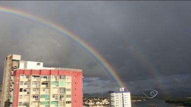 Veja como fica o tempo no ES durante o dia do primeiro jogo da Copa - A previsão é de sol durante o dia e chuviscos à noite. Nesta quarta-feira (11), em Guarapari, moradores ganharam esse belo arco-íris estampado no céu.