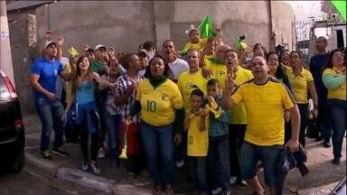 Torcedores pintam rua de verde e amarelo no dia da abertura da Copa do Mundo - Moradores de Itaquera, bairro da Arena Corinthians, estão bastante animados para a abertura da Copa do Mundo de 2014, mesmo os que não têm ingresso para assistir ao jogo.