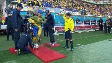 Paraplégico dá pontapé inicial na Copa do Mundo - O paraplégico vestiu um exoesqueleto e deu o pontapé inicial da Copa. O mundial começa nesta quinta-feira (12) e vai até o dia 13 de julho.