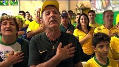 Batimentos cardíacos de torcedor aceleram durante jogo de estreia do Brasil na Copa - O torcedor José, de 70 anos, tem um coração forte, com um fraco por futebol. O peito vai explodir de novo só no gol do Brasil: 121 batimentos.