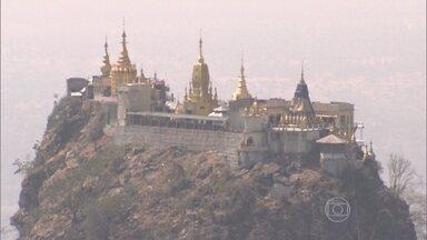 Monte é símbolo da tolerância religiosa que existe em Myanmar - No topo, existem templos, imagens e desenhos que representam as mais diversas religiões: como o budismo, o hinduísmo e o animismo.