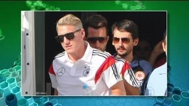 Shweinsteiger é dúvida na seleção da Alemanha - O craque da seleção alemã, Bastian Shweinsteiger foi levado para um hospital porque sentiu uma pancada no pé esquerdo no treino fechado de sexta-feira (13). Os médicos não confirmaram se houve lesão.