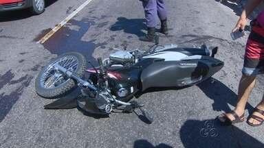 Dois homens morrem em acidente de motocicleta em avenida de Manaus - Moto colidiu com dente de dragão e vítimas foram arremessadas.Condutor de motocicleta estava em alta velocidade, segundo testemunha.