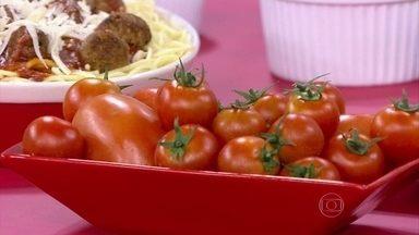 Consumo frequente de tomate pode ajudar na prevenção de câncer de próstata - O tomate é uma das bases da culinária italiana. Se consumido cru, o fruto é rico em vitamina C. O cozimento favorece a absorção de licopeno. O repolho, destaque da culinária alemã, tem bastante antioxidante.