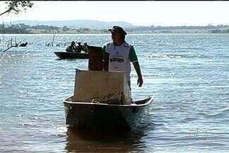 População se reúne para recolher lixo no Rio Verdinho, em Goiás - Moradores de Caçu se juntaram ao Batalhão Ambiental da Polícia Militar para promover a ação.