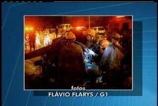 PM ficam feridos em acidente de carro na RJ-102, estrada que vai de Cabo Frio a Búzios, RJ - Carro colidiu contra um poste, que caiu no veículo.