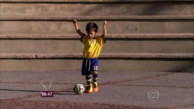Mais Você apresenta Bruninho, um garotinho de dois anos apaixonado por futebol - O paulistinha mostra que entende tudo de futebol e identifica bandeiras de todas as seleções da Copa