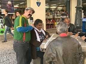 Português Joaquim do Pastel vai às ruas conferir a expectativa para jogo do Brasil - Português Joaquim do Pastel vai às ruas de Florianópolis conferir expectativa para jogo do Brasil