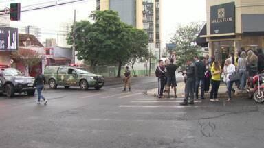 Suposta bomba mobiliza Polícia e Esquadrão Antibombas em Foz do Iguaçu - Uma sacola deixada em frente a uma Cooperativa de Crédito levantou suspeita.