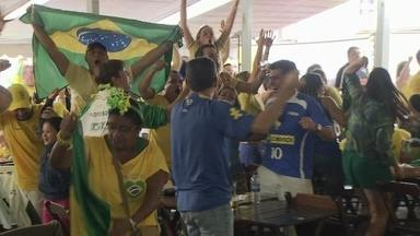Torcedores agitam bares do DF durante jogos do Brasil - Pelos bares da capital, não faltou animação. Torcedores se divertiram comendo camarões durante a partida do Brasil.