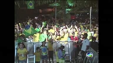 Torcedores de Volta Redonda, RJ, acompanham goleada do Brasil contra Camarões - Torcida se reuniu para assistir à partida em um telão na Vila Santa Cecília e vibrou a cada belo lance.