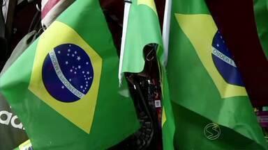Feirantes de Volta Redonda, RJ, aproveitam Copa do Mundo para conseguir lucro extra - Alguns comerciantes apostam em acessórios e camisas da Seleção para faturar ainda mais.
