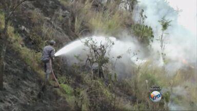 Incêndio em matagal assusta moradores no bairro Varginha, em Itajubá (MG) - Incêndio em matagal assusta moradores no bairro Varginha, em Itajubá (MG)
