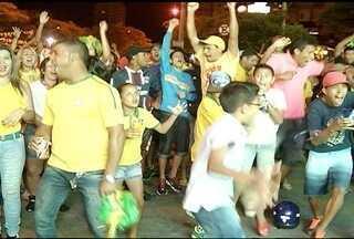 Torcida montes-clarense comemora classificação do Brasil para as oitavas de final da Copa - Brasil goleou Camarões por 4 x 1 e agora enfrenta o Chile.