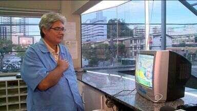 Mesmo no trabalho, porteiro do ES assiste a jogo da Seleção - Sérgio faz questão de cantar o Hino Nacional junto com os craques brasileiros, e divide atenção entre a portaria e a tela da TV.
